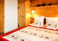 Cosy Double Bedroom in Chalet Jardin d'Angele