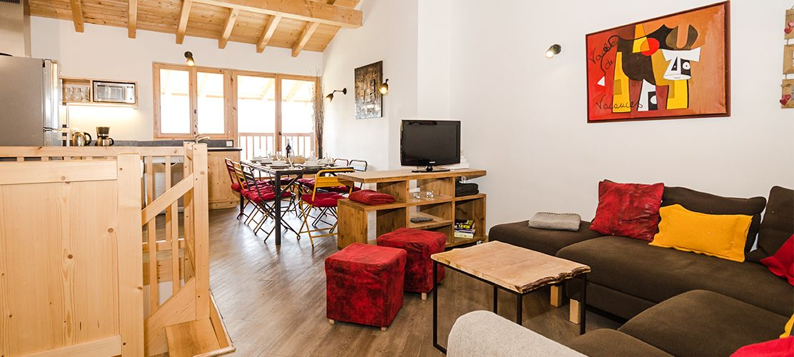 Spacious open plan living area in chalet Epilobe