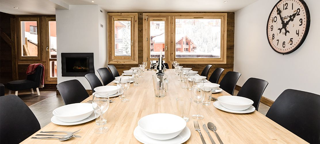 Large dining table with a view over the pistes