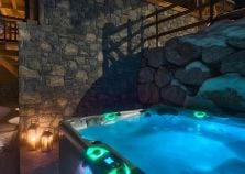 Outdoor hot tub in Morzine