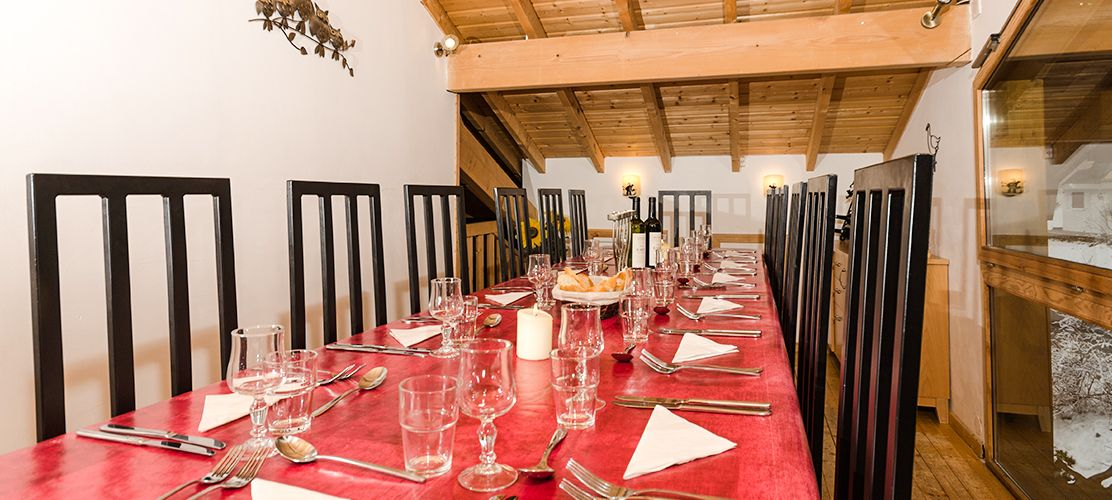 Dining room with panoramic views of Morzine's pistes