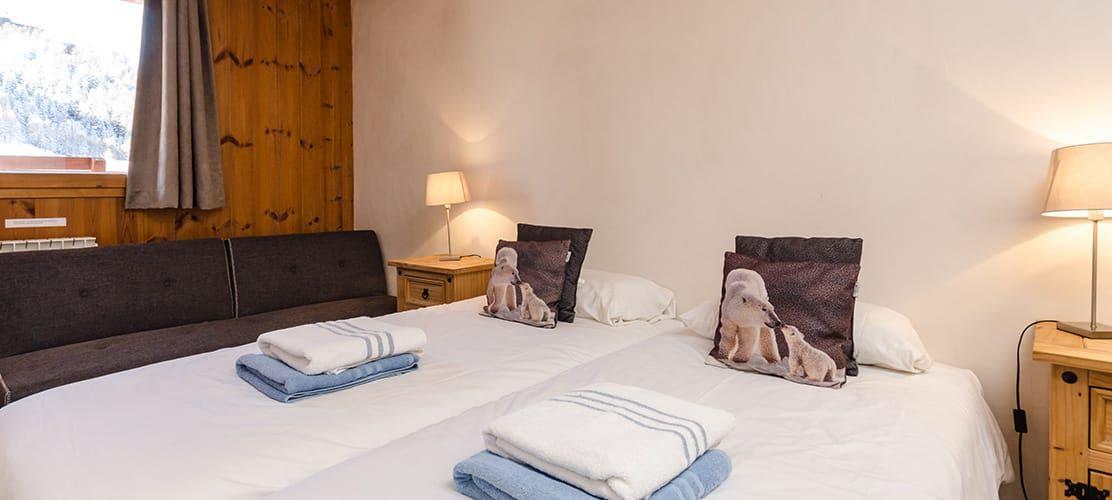 Twin bedroom with views of La Plagne