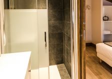 Modern en suite bathroom